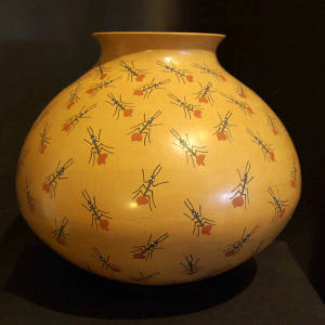 Ant design decorates a large polychrome olla